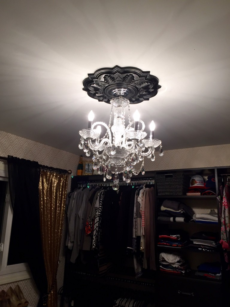 deria-ceiling-medallion-black-chandelier
